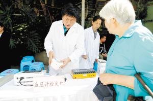 昆明市民可到计量便民服务点免费检测血压计