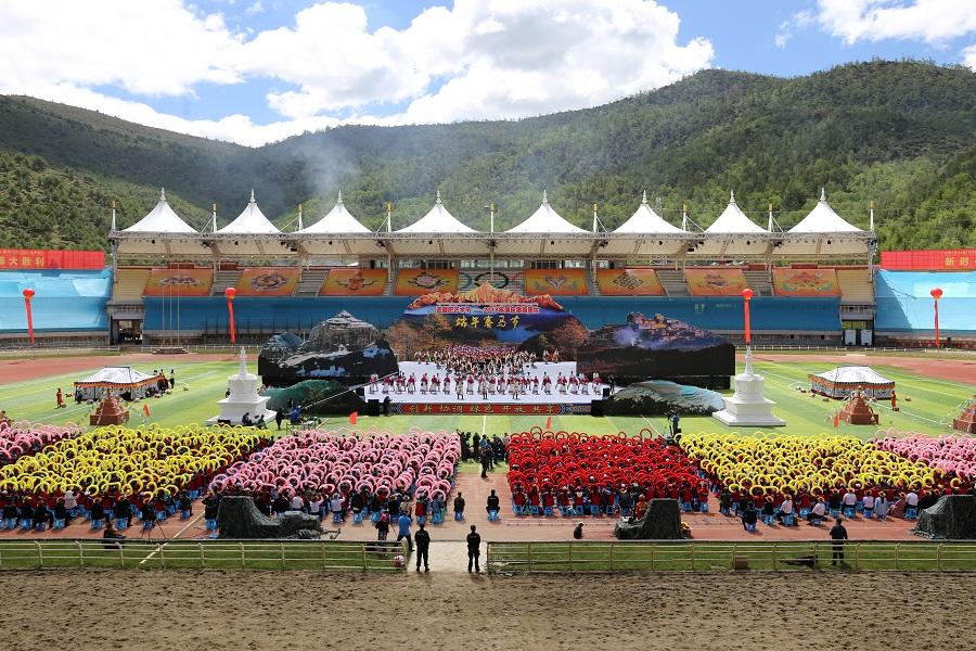 云南香格里拉端午赛马节开幕