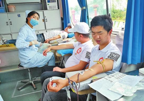 昭通千余志愿者环湖跑支持无偿献血