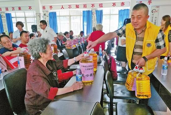 昆明市永昌社区组织老人过端午